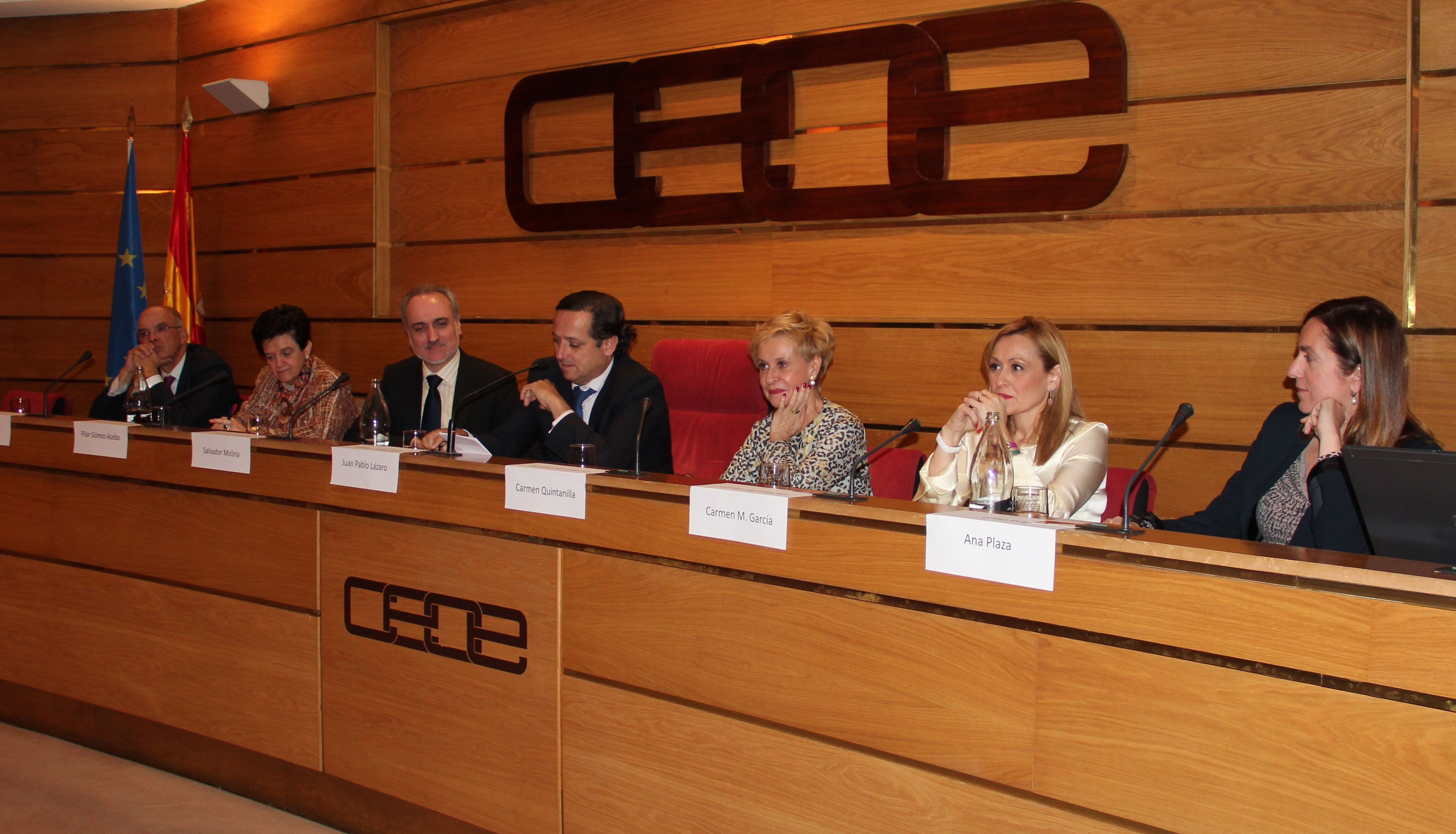 Manuel Gago, Pilar Gómez Acebo, Salvador Molina, Juan Pablo Lázaro, Carmen Quintanilla, Carmen M. García y Ana Plaza, durante la reunión del Grupo de trabajo el pasado 4 de febrero, en la sede de CEOE.