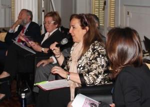 Beatriz Zafra, directora del Programa de Apoyo Empresarial a las Mujeres (PAEM), participó en 2013 en el panel 'Cómo montar y financiar una empresa'. Abajo, una de las mesas de asesoramiento de 'El Camino de Empresas'.