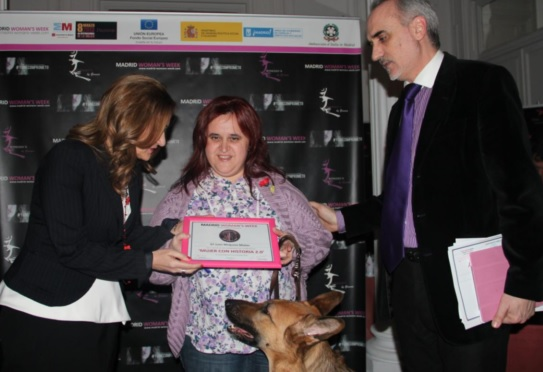 Salvi Melguizo recibiendo el premio 'Mujeres Influyentes 2.0' de manos de Carmen M. García, presidenta de FWW, durante la MADRID WOMAN'S WEEK 2013.