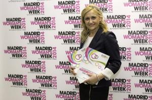 Carmen M. García, directora de MADRID WOMAN'S WEEK, junto con el 'Catálogo de Buenas Prácticas de Empresas Comprometidas con la Igualdad' durante la Semana de la Mujer 2014, cuando se presentó durante una de las jornadas organizadas por el Foro ECOFIN.