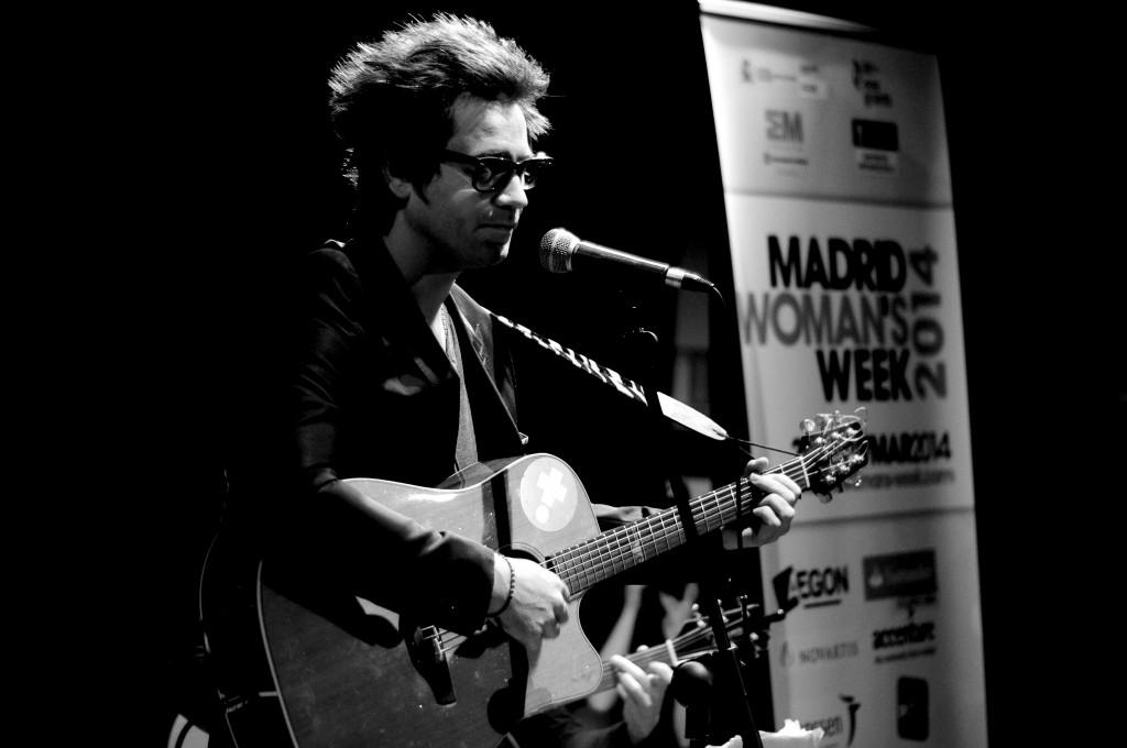 Javier Martínez Camino retrató como nadie el sentimiento en las canciones de Emmanuel Leman, 'Embajador Solidario' de MADRID WOMAN'S WEEK, en el cierre de la Semana Internacional de la Mujer 2014.