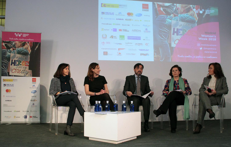 Ana Lamas, presidenta de 'FiveRooms'y de WomenCEO; Paloma Real, directora General de Mastercard en España; Helena Herrero, presidenta de HP; Cristina Vicedo, directora general de Futurebrand (Grupo MCcANN), y Andrés Dulanto, director de EFE Empresas.