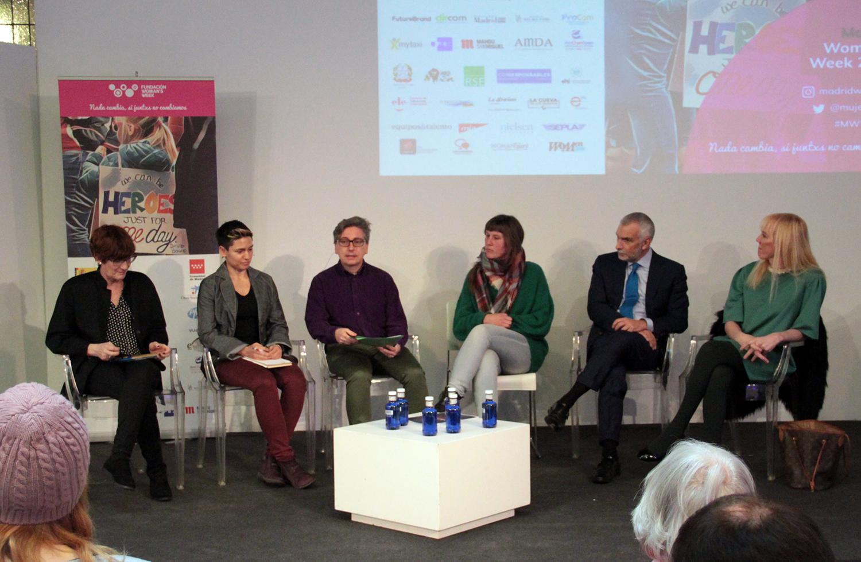Elena Sánchez, policía nacional y miembro de la Asociación de Policías LGTB; Manuel Ródenas, abogado de derechos LGTB; Topacio Fresh, galerista y gestora cultural, y Stefano Sannino, embajador de Italia en España.